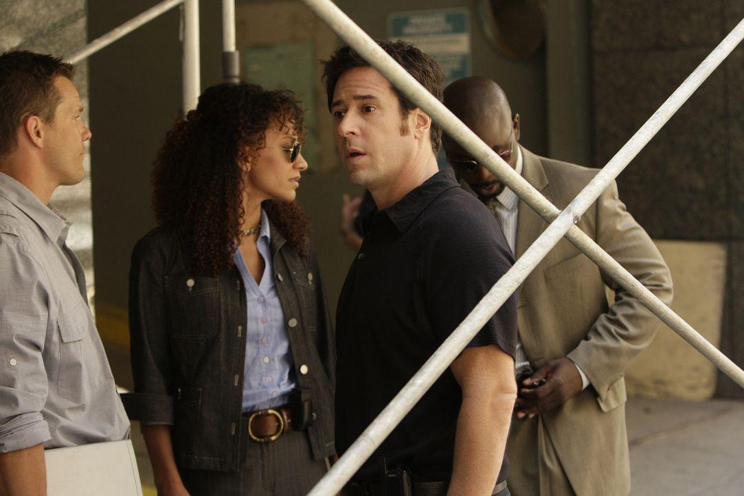 Eine Gruppe von Kidnappern machen Colby (Dylan Bruno, l.), Nikki Betancourt (Sophina Brown, 2.v.l.), David (Alimi Ballard, r.) und Don (Rob Morrow,... - Bildquelle: Paramount Network Television