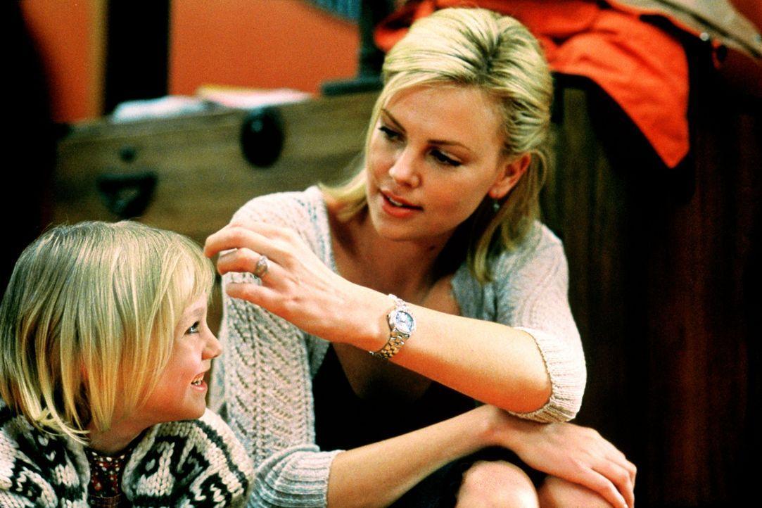 Ahnen noch nicht, welch schreckliche 24 Stunden auf sie zukommen: Karen (Charlie Theron, r.) und Tochter Abby (Dakota Fanning, l.) ... - Bildquelle: Senator Film