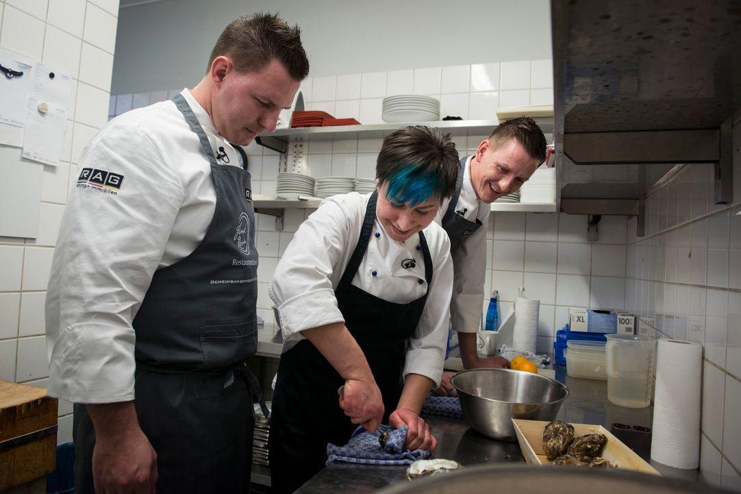 """Im Restaurant von Frank Rosin kann Sina (M.), die Wirtin der """"Jagdgaststätte Elsthal"""" noch einiges dazulernen. - Bildquelle: Martin Rottenkolber kabel eins"""