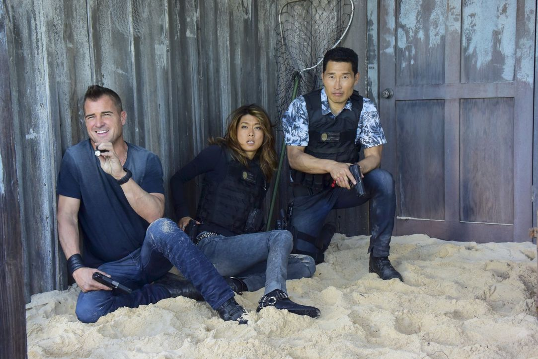 Nach einem massiven Erdbeben auf Hawaii helfen Mac und Jack (George Eads, l.) den Ermittler-Kollegen Kono (Grace Park, M.) und Chin (Daniel Dae Kim.... - Bildquelle: Norman Shapiro 2017 CBS Broadcasting, Inc. All Rights Reserved / Norman Shapiro