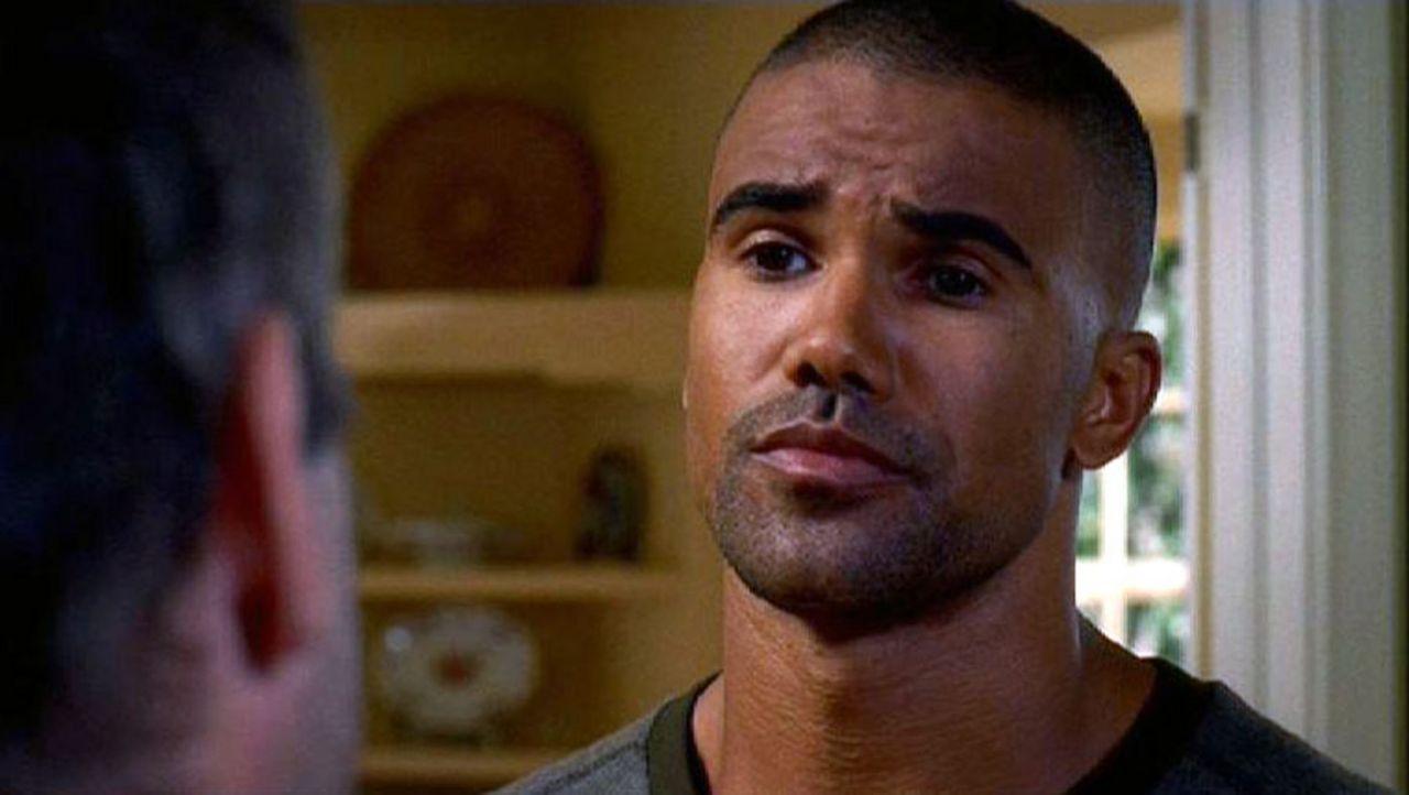 Agent Derek Morgan (Shemar Moore) spricht mit dem Ehemann einer vermissten Frau ... - Bildquelle: Touchstone Television