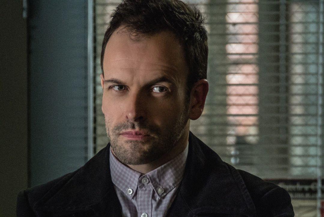 Heftet sich an die Fersen des unberechenbaren Kriminellen Martin Ennis: Sherlock Holmes (Jonny Lee Miller) ... - Bildquelle: CBS Television