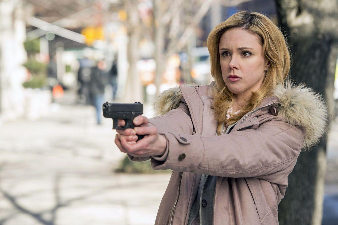 Eigentlich sollte Frankie Pulaski (Meg Steedle) im zweiten Revier ermitteln, da eine Beschwerde wegen Unschicklichkeiten vorliegt. Doch dann erkennt... - Bildquelle: Warner Bros. Entertainment, Inc.