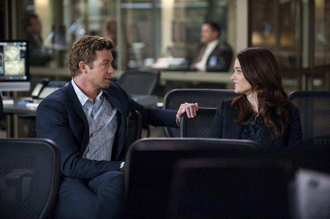 Es ist nie zu spät: Wird Jane (Simon Baker, l.) es schaffen, Lisbon (Robin Tunney, r.) so kurz vor ihrer Abreise nach Washington doch noch seine Gef... - Bildquelle: Warner Bros. Television