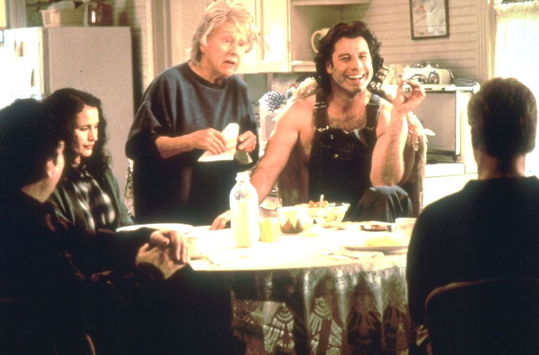 Der Erzengel Michael (John Travolta, 2.v.r.) lebt bei der Witwe Pansy Milbank (Jean Stapleton, M.) in einem kleinen Nest in Iowa. Dort suchen ihn di... - Bildquelle: Warner Brothers