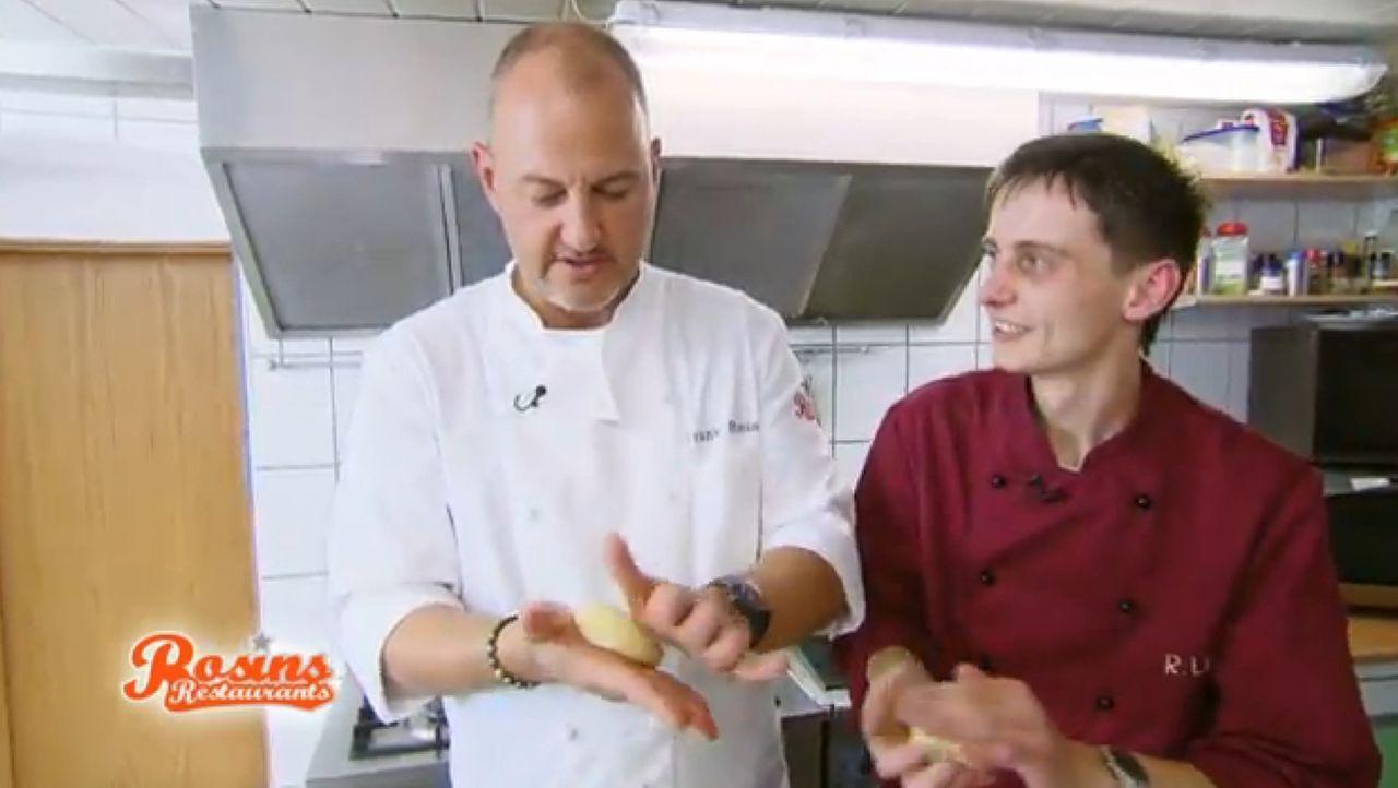 Mit hilfreichen Tipps und wichtigen Kniffen versucht Frank Rosin (l.), Rocco zu helfen, damit dieser seine Gastronomie samt Hotelbetrieb halten kann... - Bildquelle: kabel eins