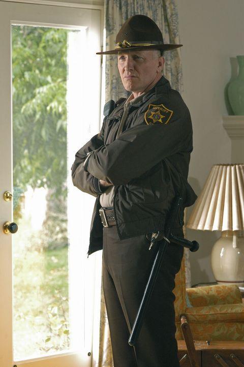 Auf bestialische Weise wurde eine Frau ermordet. Sheriff Hall (Mark Rolston) kann nicht verstehen wie ein Mensch so eine Tat begehen kann ... - Bildquelle: Touchstone Television