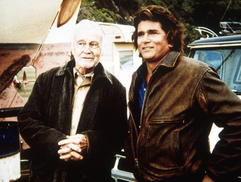 Frank (Lew Ayres, l.) erzählt Jonathan (Michael Landon, r.) von den guten alten Zeiten. - Bildquelle: Worldvision Enterprises, Inc.