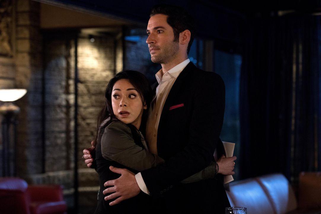 Als Lucifer (Tom Ellis, r.) Ella (Aimee Garcia, l.) um einen Gefallen bittet, darf sie sich im Gegenzug etwas von ihm wünschen. Was wird das sein? - Bildquelle: 2016 Warner Brothers