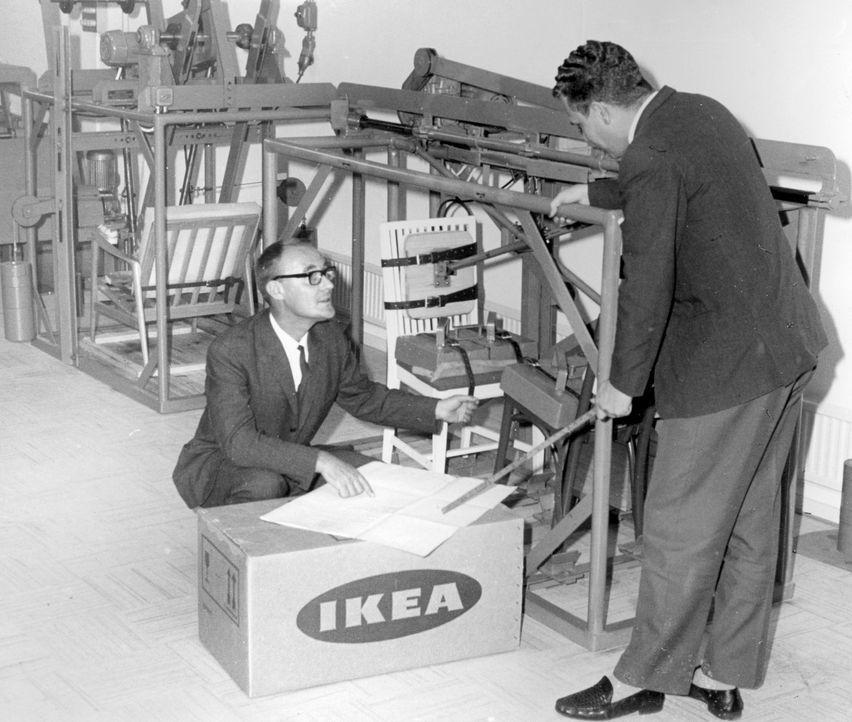 Ingvar Kamprad vor Moebeltestmaschine 1960