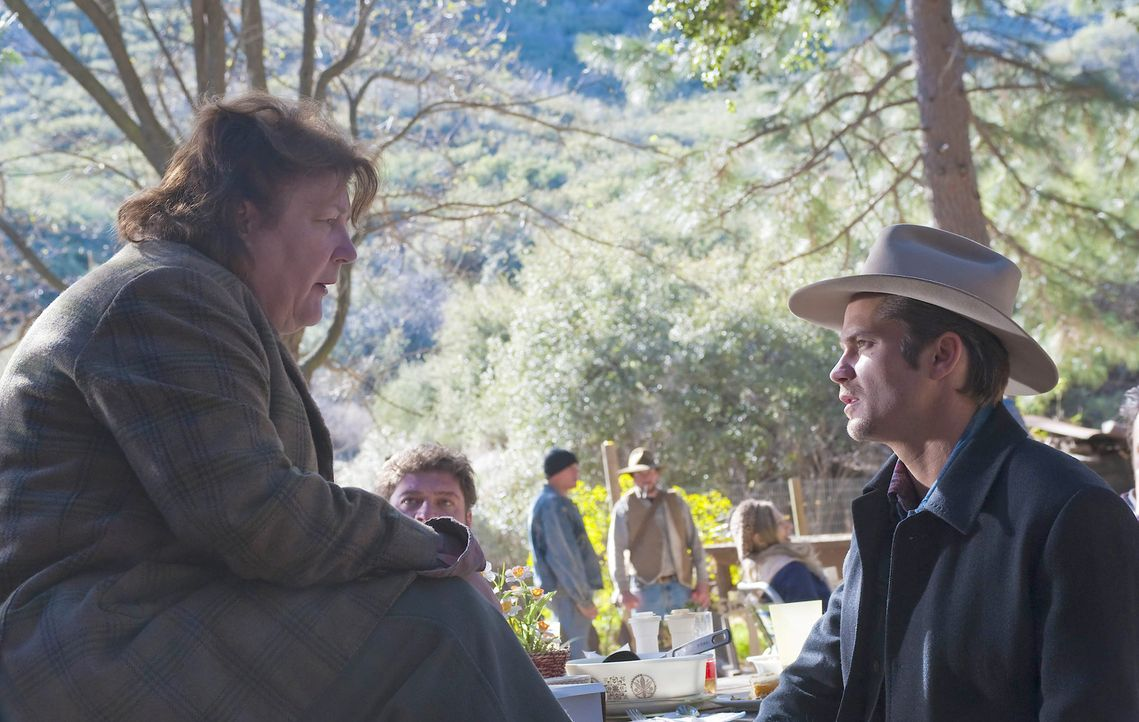 Hat Mags Bennetts (Margo Martindale, l.) Sohn etwas mit dem Überfall auf einen Bus zu tun, bei dem auch ein Mensch ums Leben kam? Raylan Givens (Ti... - Bildquelle: 2011 Sony Pictures Television Inc. and Bluebush Productions, LLC. All Rights Reserved.