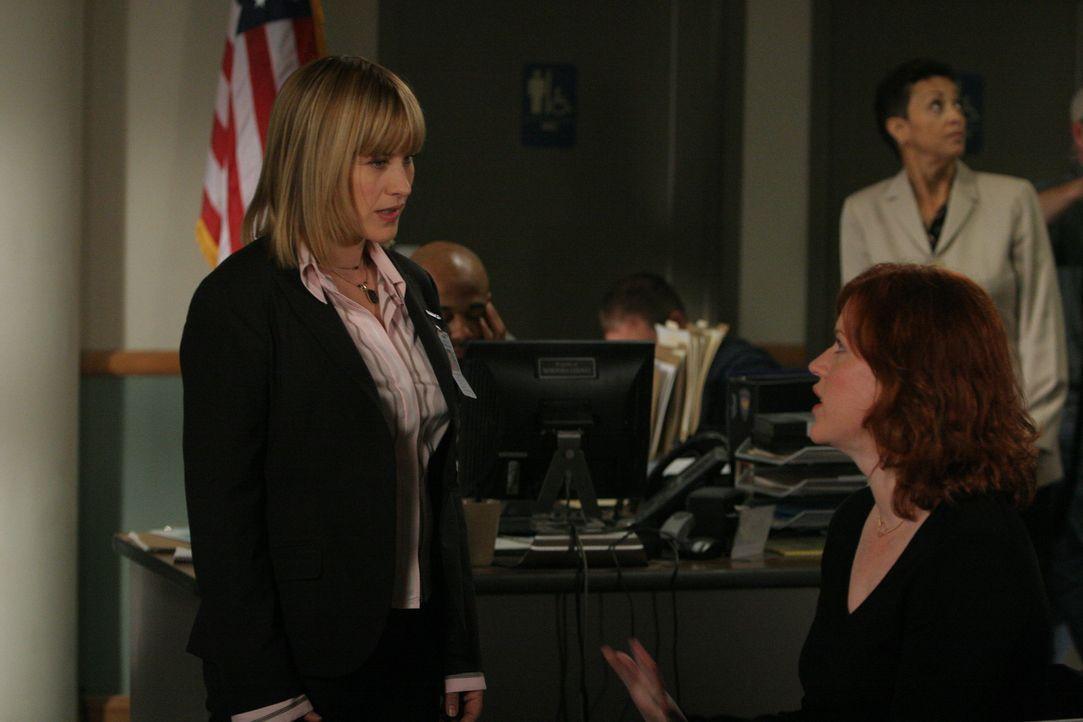 Allison (Patricia Arquette, l.) verspricht Kathleen (Molly Ringwald, r.), sich für sie einzusetzen und dafür zu sorgen, dass sie rund um die Uhr bew... - Bildquelle: Paramount Network Television