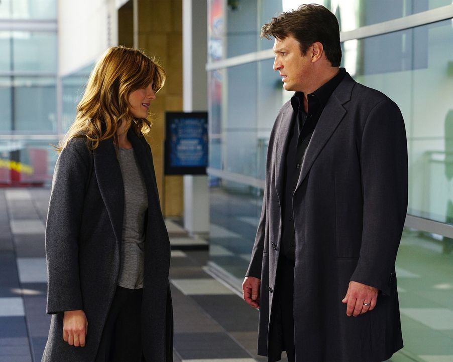 Sind zwar wieder zusammen, wollen das aber noch vor der Öffentlichkeit geheim halten: Beckett (Stana Katic, l.) und Castle (Nathan Fillion, r.) ... - Bildquelle: Richard Cartwright 2015 American Broadcasting Companies, Inc. All rights reserved.