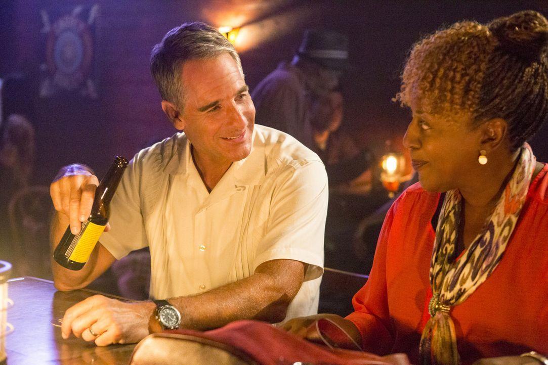 Nach einem erfolgreichen Arbeitstag, haben sich Dwayne (Scott Bakula, l.) und Loretta (CCH Pounder, r.) ein Feierabendbier verdient ... - Bildquelle: 2014 CBS Broadcasting Inc. All Rights Reserved.