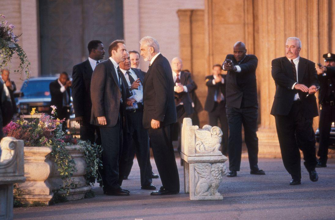 Stanley Goodspeed (Nicolas Cage, vorne r.) hat es geschafft. Er kann John Mason (Sean Connery, vorne l.) zur Mithilfe überreden, um die Sprengsätze... - Bildquelle: Hollywood Pictures Company.  All rights reserved