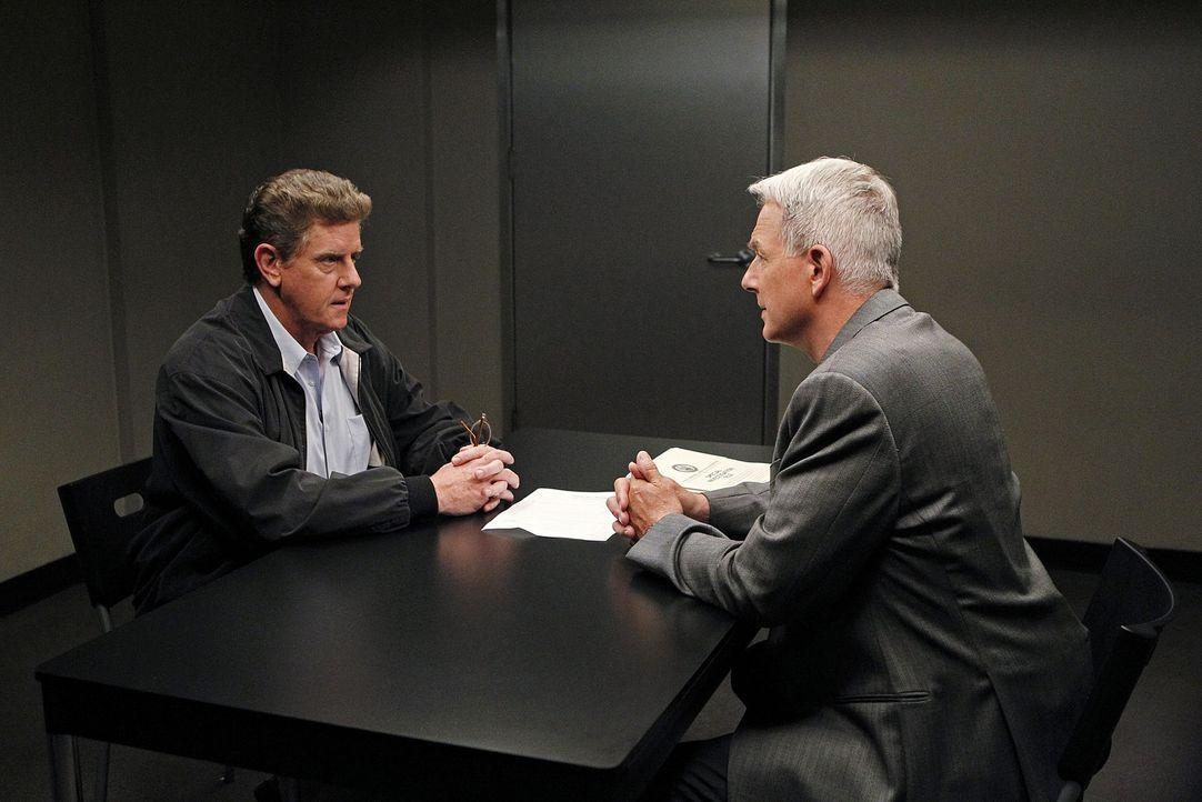 Gibbs (Mark Harmon, r.) und sein Team ermitteln in einem neuen Fall und stoßen dabei auf Vince Westfal (Sam McMurray, l.). Doch hat er etwas damit z... - Bildquelle: CBS Television