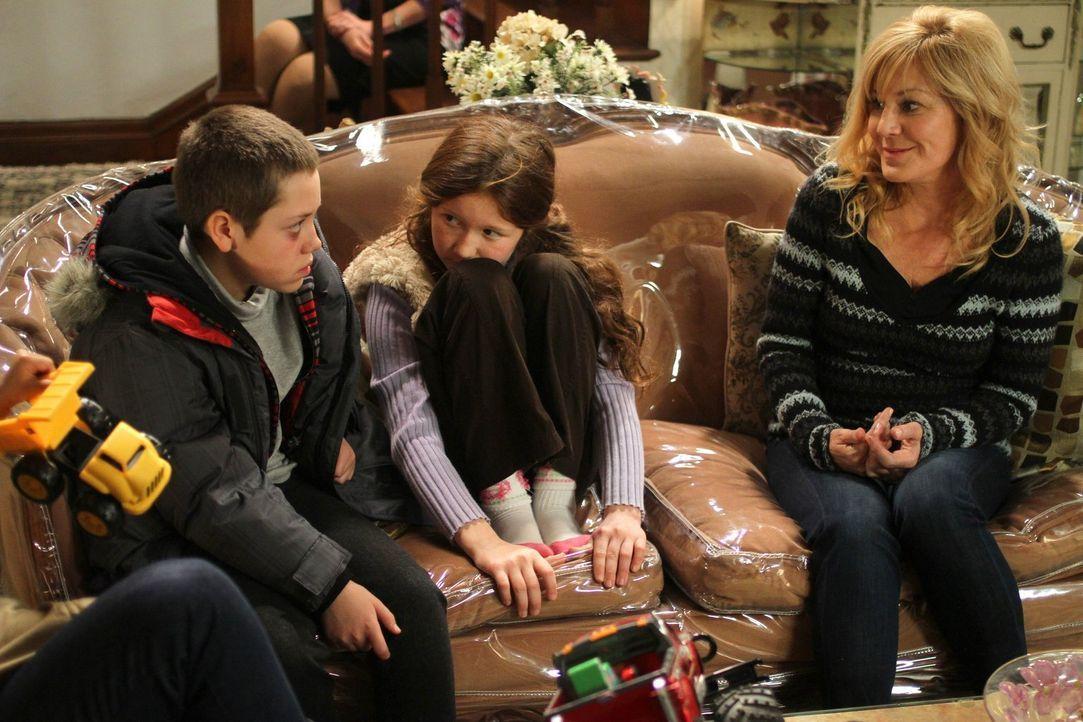 Nur weil sie sich sicher war, dass es ihnen gut geht, hat Monica (Chloe Webb, r.) Carl (Ethan Cutkosky, l.) und Debbie (Emma Kenney, M.) zurückgelas... - Bildquelle: 2010 Warner Brothers