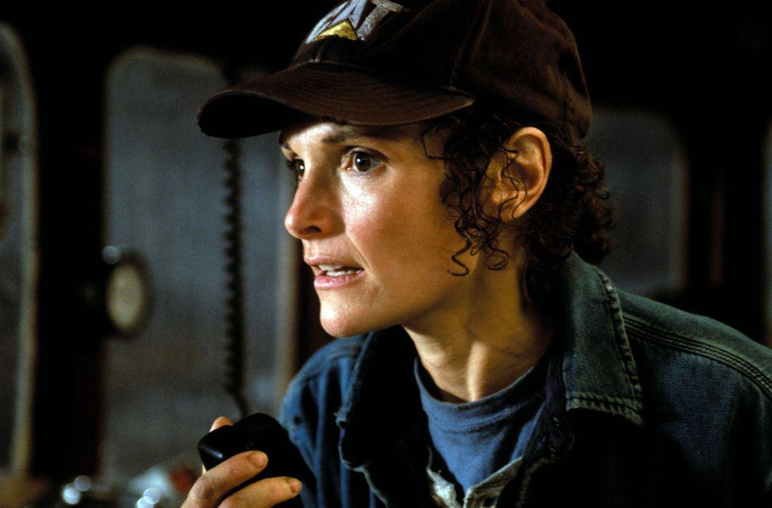 """Als der Funkkontakt zur """"Andrea Gail"""" abbricht, ahnt Linda (Mary Elizabeth Mastrantonio), dass Kapitän Billy Tyne und seine Crew in ein Desaster fah... - Bildquelle: Warner Bros. Pictures"""