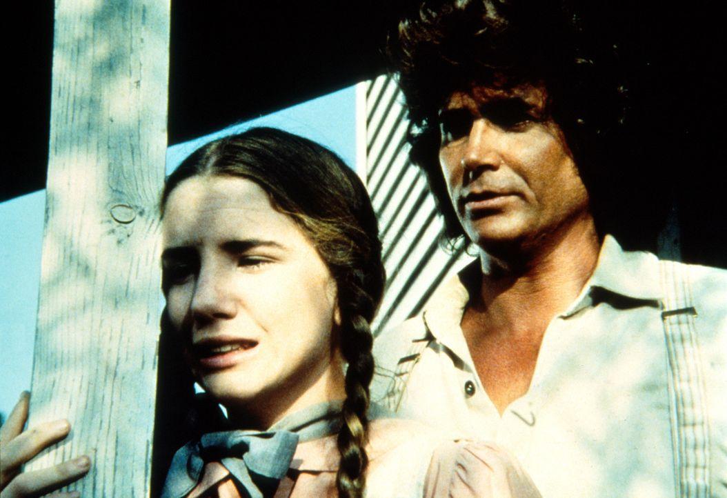 Charles (Michael Landon, r.) versucht Laura (Melissa Gilbert, l.), die Schuld an Jordans Unfall auszureden. - Bildquelle: Worldvision