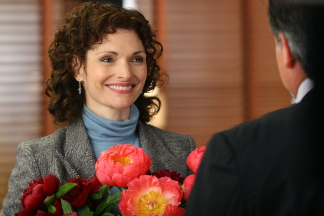 Anne Cassidy (Mary Elizabeth Mastrantonio, l.) ist hoch erfreut über den Strauß Blumen, den sie von Jack Malone (Anthony LaPaglia, r.) bekommt. - Bildquelle: Warner Bros. Entertainment Inc.