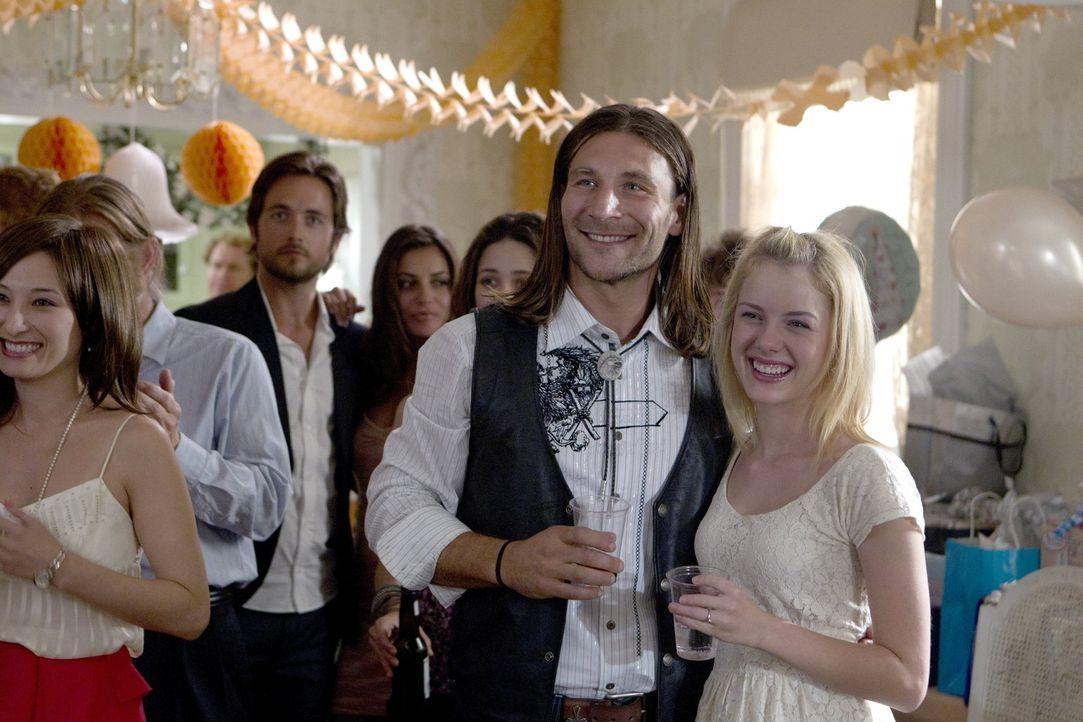 Während Fiona noch mit den Nachrichten über Steve und Estefania zu kämpfen hat, freuen sich Karen (Laura Wiggins, r.) und Jody (Zach McGowan, l.) üb... - Bildquelle: 2010 Warner Brothers