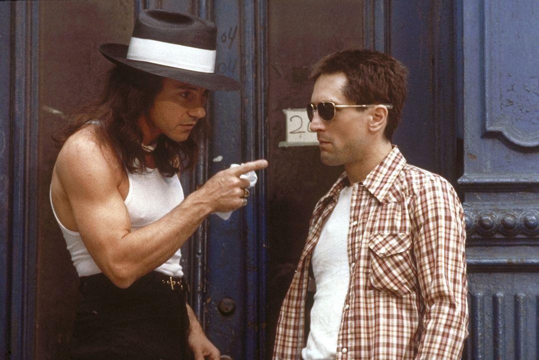 Travis Bickle (Robert De Niro, r.) hat sich in den Kopf gesetzt, die 12-jährige Prostituierte Iris in ihr Elternhaus zurückzubringen, doch ihr Zuh... - Bildquelle: Columbia Pictures