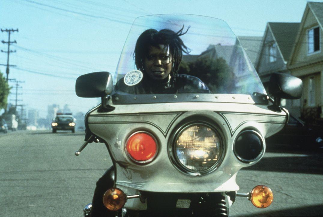 Auf Verbrecherjagd: Bernie (Whoopi Goldberg) saust auf dem Motorrad quer durch die Straßen von San Francisco.... - Bildquelle: Warner Bros.