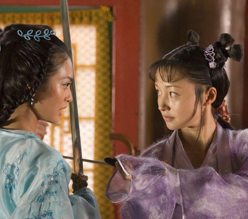 Als die Wettkämpfe beginnen, schickt die Prinzessin Li Wei (Desiree Ann Siahaan, l.) ihre Freundin und Schwert-Meisterin Ting Ting (Theresa Lee, r.... - Bildquelle: RHI Entertainment