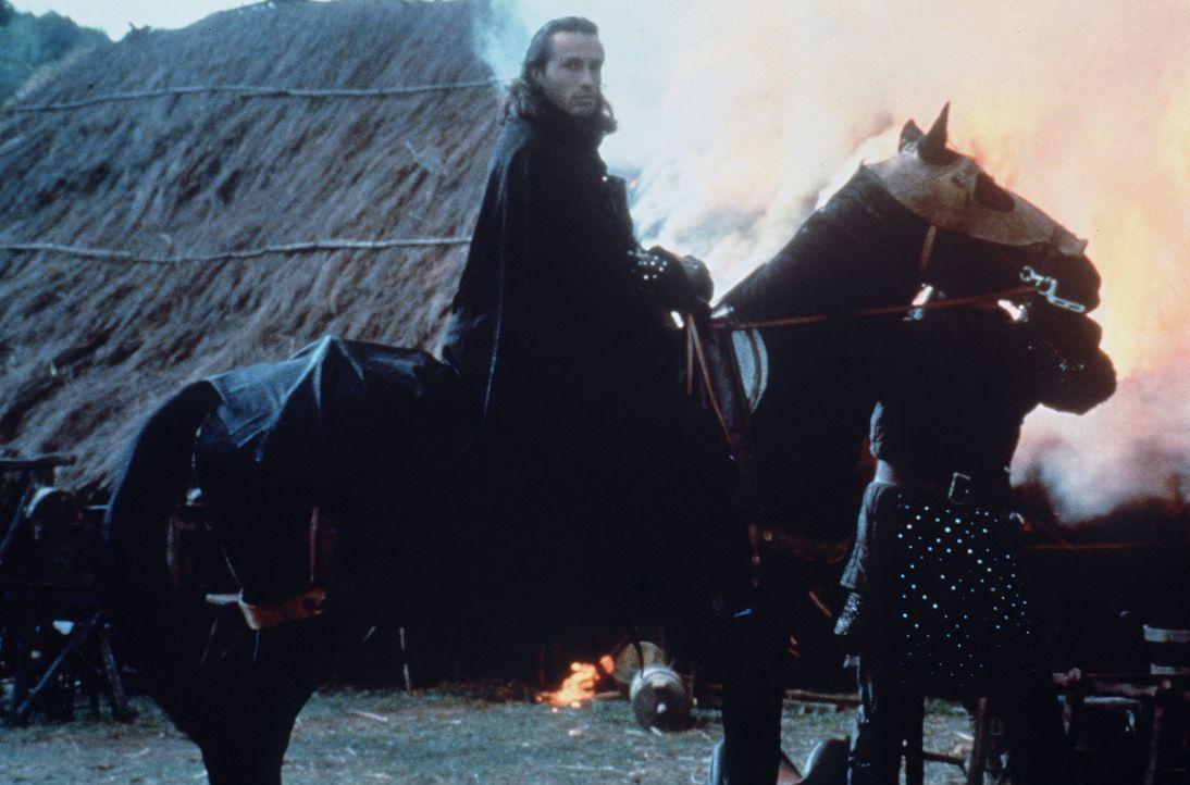 Als brutaler Schlächter des Sheriffs von Nottingham treibt Guy von Gisborne (Michael Wincott, M.) für den Sheriff die Steuern ein und leitet graus... - Bildquelle: WARNER BROS.