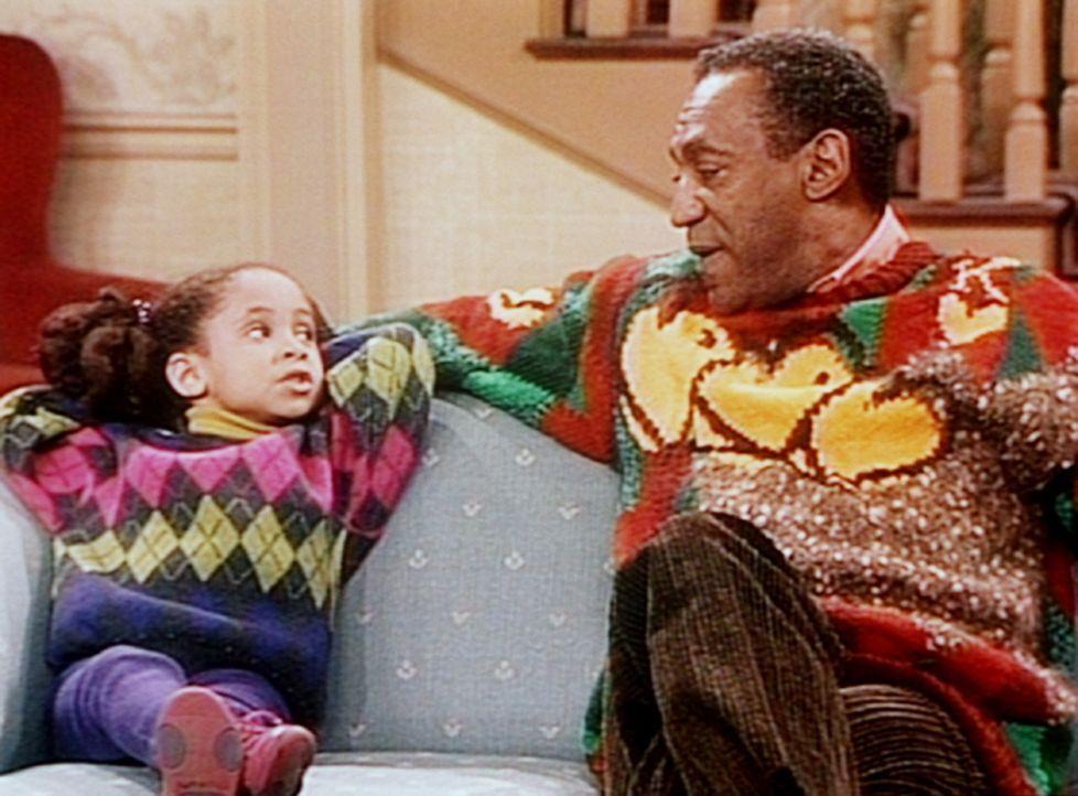Cliff (Bill Cosby, r.) versucht von Olivia (Raven Symone, l.) zu erfahren, was für ein Geschenk Martin für Denise besorgt hat. - Bildquelle: Viacom