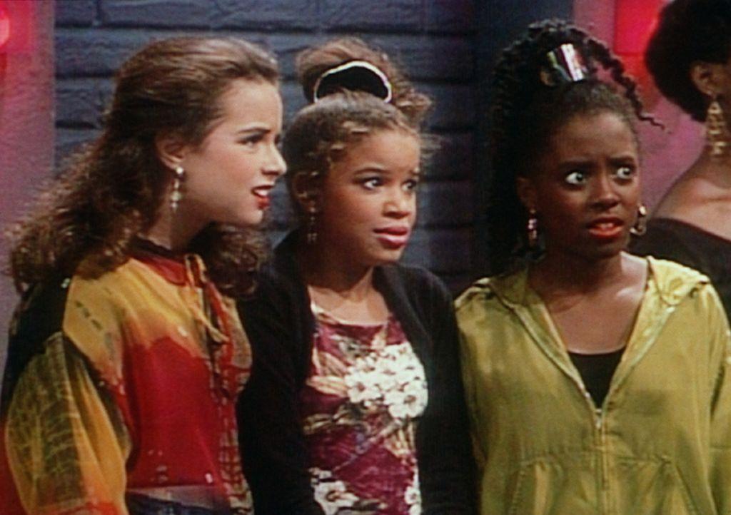 Rudy (Keshia Knight Pulliam, r.) und ihre Freundinnen Danielle (Nicole Leach, M.) und Susan (Rachel Hillman, l.) haben sich in eine Disco eingeschli... - Bildquelle: Viacom
