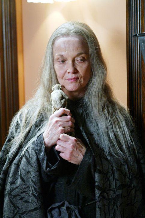 Mittels eines uralten Zaubers, der von einem Affen übertragen wird, versucht Crone (Grace Zabriskie), die Mächtigen Drei zu bekämpfen ... - Bildquelle: Paramount Pictures