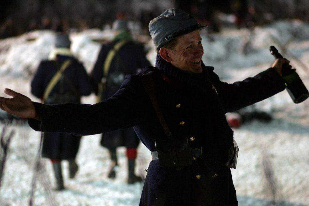 Ponchel (Dany Boon) genießt die Feuerpause und feiert feucht fröhlich mit seinen neu gewonnen Kameraden ... - Bildquelle: Lolafilms S.A.