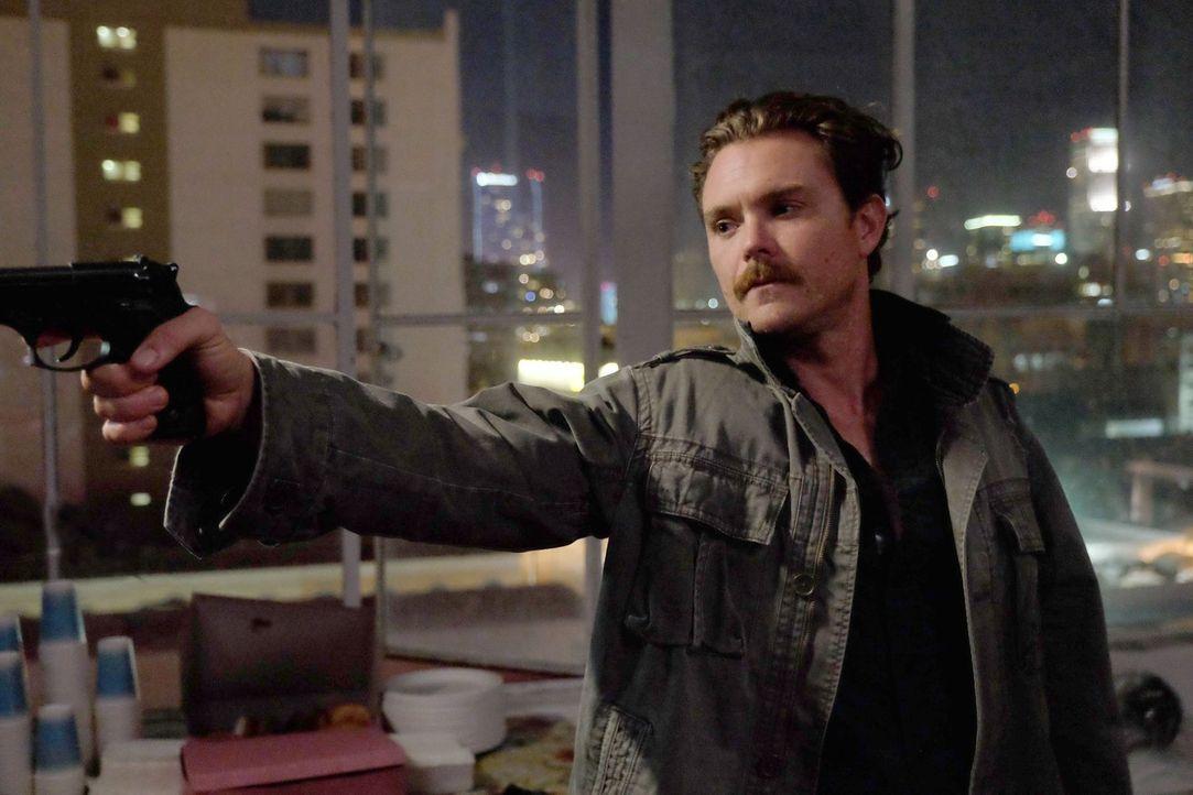 Riggs (Clayne Crawford) und Murtaugh ermitteln in einem neuen Mordfall, bei dem eine Leiche mit einem Loch im Kopf im Fashion District von L.A. gefu... - Bildquelle: 2016 Warner Brothers