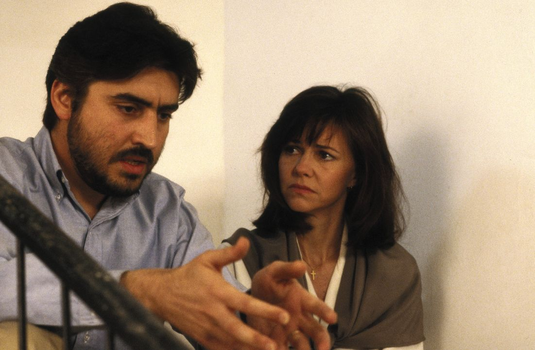 Betty Mahmoody (Sally Field, r.) bemerkt, wie sich ihr Mann Moody (Alfred Molina, l.) in seiner Heimat zu verändern beginnt: Er schlägt sie und da... - Bildquelle: 1991 METRO-GOLDWYN-MAYER STUDIOS INC. All Rights Reserved.