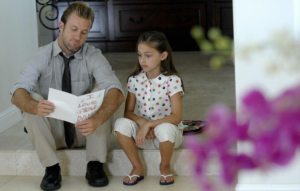 Da er sich während den Ermittlungen im Haus seiner Ex-Frau aufhält, genießt Danny (Scott Caan, l.) die Zeit, die er mit seiner Tochter Grace (Teilor... - Bildquelle: TM &   2010 CBS Studios Inc. All Rights Reserved.