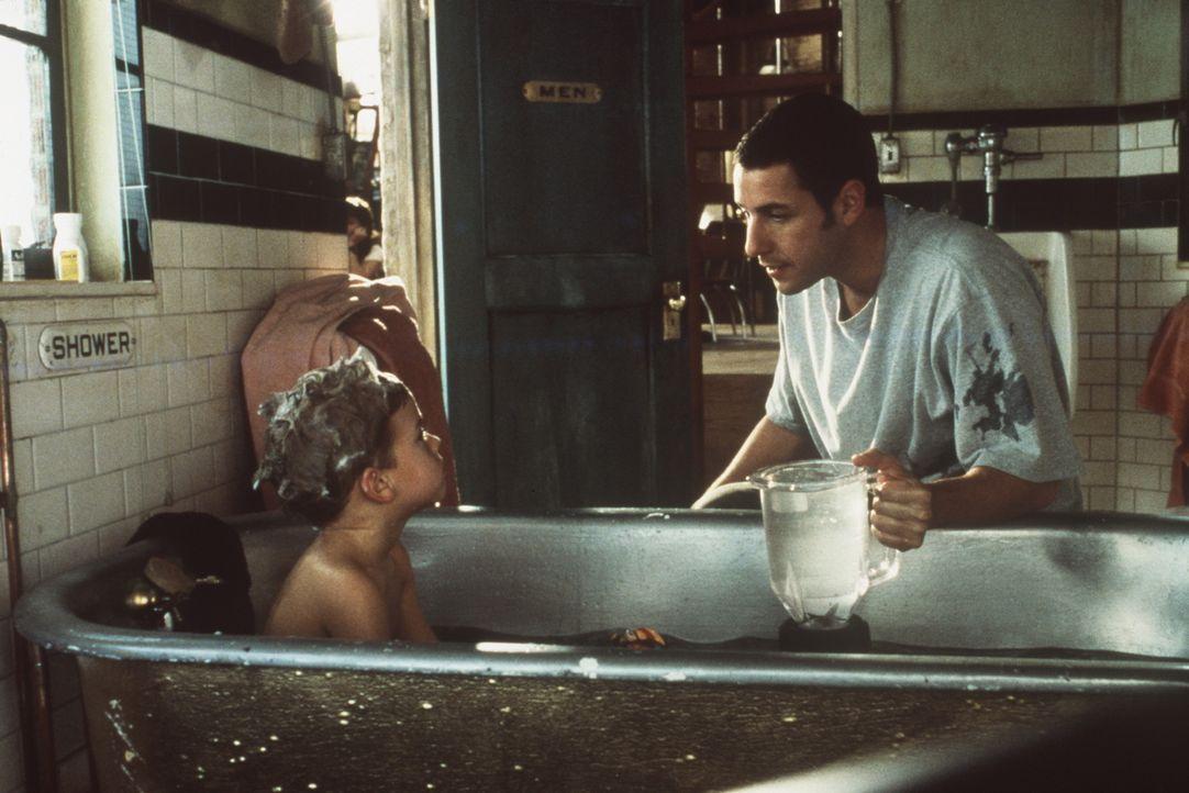 Gegenüber dem kleinen Julian (Dylan Sprouse/Cole Sprouse, l.) packt Sonny (Adam Sandler, r.) schon bald all seine unorthodoxen väterlichen Qualit - Bildquelle: Columbia TriStar