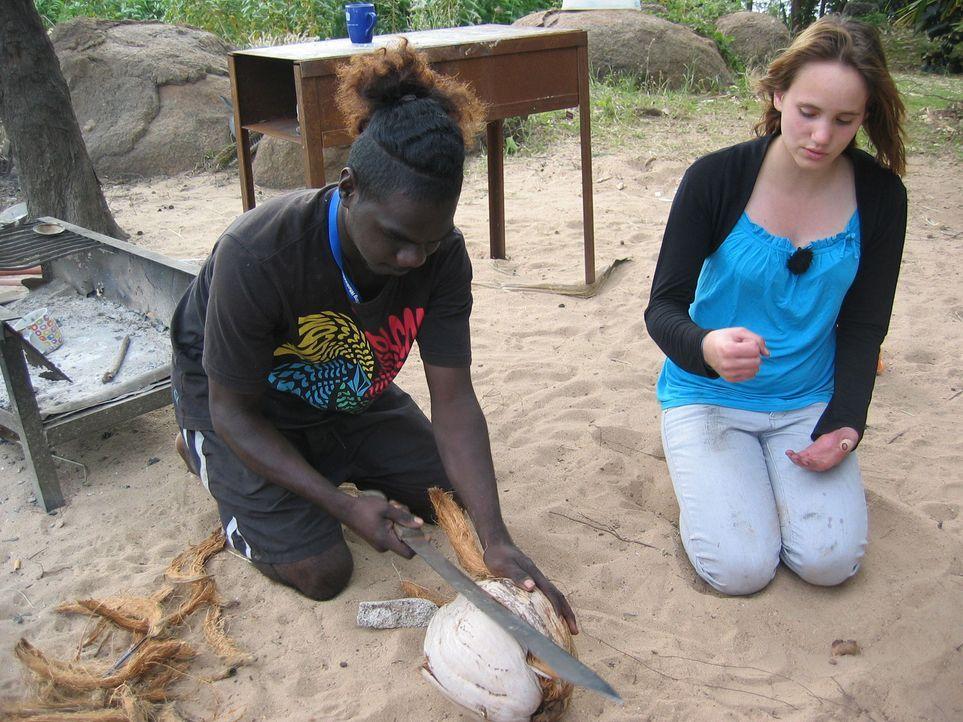 Von Tony (l.) lernt Dana (r.), wie man eine Kokosnuss richtig öffnet ... - Bildquelle: kabel eins