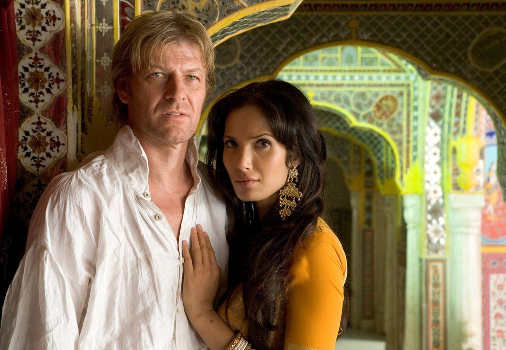 Kann Sharpe (Sean Bean, l.) der wunderschönen Madhuvanthi (Padma Lakshmi, r.) trauen? - Bildquelle: Copyright BBC 2006