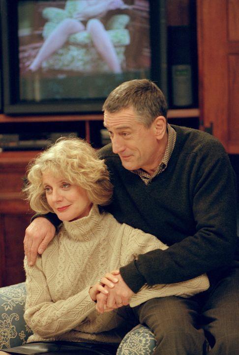 Obwohl Pams Mutter Dina (Blythe Danner, l.) immer bereit ist, für den Angeklagten zu stimmen, kann sie das Misstrauen ihres Mannes Jack (Robert De... - Bildquelle: 2000 Universal Studios and DreamWorks LLC.  All rights reserved.