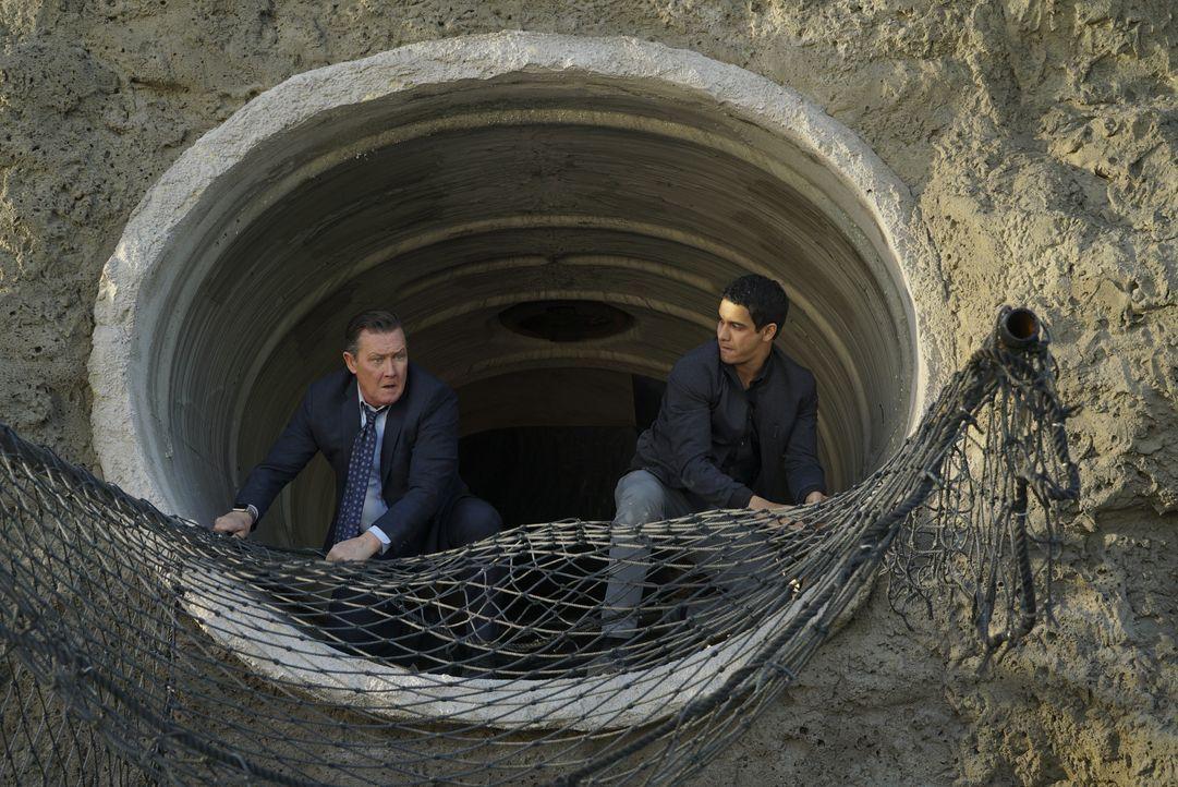 Während Cabe (Robert Patrick, l.) und Walter (Elyes Gabel, r.) darum kämpfen, die Wasserreserven von Los Angeles zu retten, versucht Sylvester, eine... - Bildquelle: Monty Brinton 2016 CBS Broadcasting, Inc. All Rights Reserved. / Monty Brinton