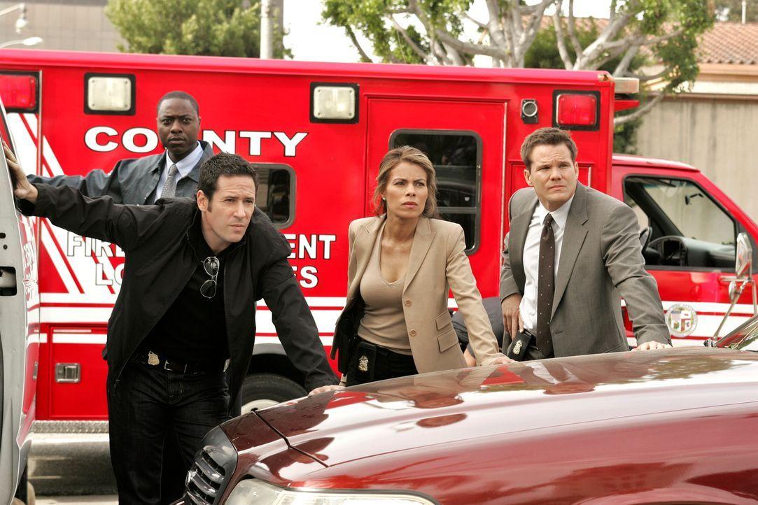 Durch Briefbomben werden drei Menschen getötet. Don (Rob Morrow, 2.v.l.), Colby (Dylan Bruno, r.) und Agent Jennifer Malloy (Lisa Vidal, 2.v.r.) geh... - Bildquelle: Paramount Network Television
