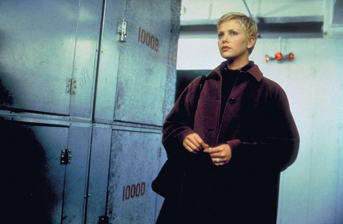 Als Jillian (Charlize Theron) schwanger wird, meldet sich ein beunruhigter Nasa-Mitarbeiter bei ihr, der behauptet, Spencer sei nicht Spencer ... - Bildquelle: 1999 New Line Productions, Inc. All Rights Reserved.