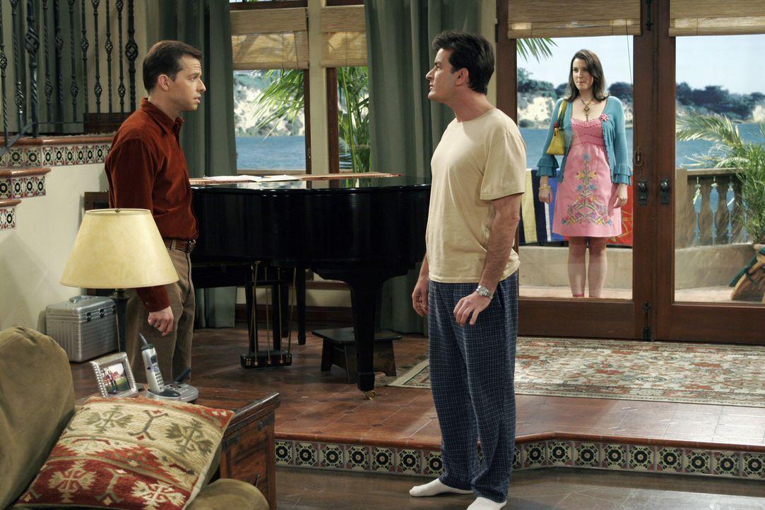 Charlie (Charlie Sheen, M.) ist total genervt von der Stalkerin Rose (Melanie Lynskey, r.). Alan (Jon Cryer, l.) kann das jedoch gar nicht verstehen... - Bildquelle: Warner Brothers Entertainment Inc.