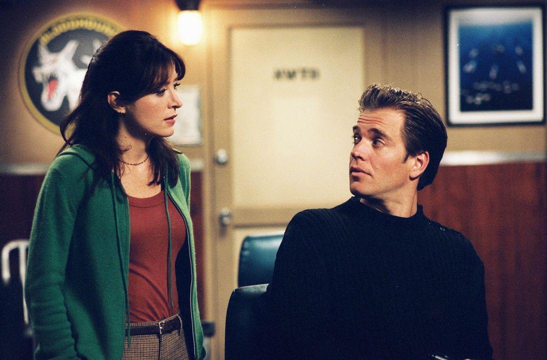 Suchen Hinweise zur Aufklärung eines neuen Falles: Tony (Michael Weatherly, r.) und Kate (Sasha Alexander, l.) ... - Bildquelle: CBS Television