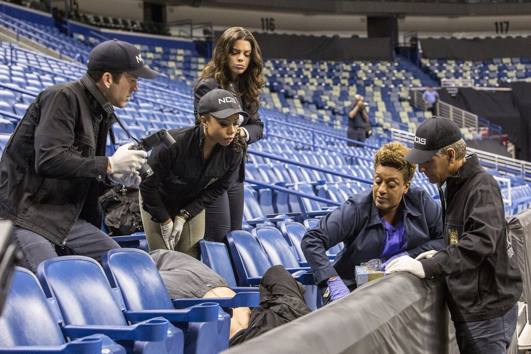 Prides (Scott Bakula, r.) gesamtes Team (v.l.n.r.) LaSalle (Lucas Black), Percy (Shalita Grant), Gregorio (Vanessa Ferlito) und Dr. Wade (CCH Pounde... - Bildquelle: Skip Bolen 2016 CBS Broadcasting, Inc. All Rights Reserved