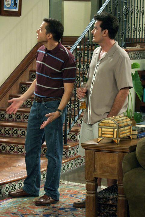 Wollen für Jake ein Vorbild sein: Alan (Jon Cryer, l.) und Charlie (Charlie Sheen, r.) ... - Bildquelle: Warner Bros. Television