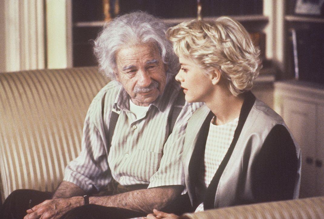 Catherine (Meg Ryan, r.), die intellektuell anspruchsvolle Nichte des Genies Albert Einstein (Walter Matthau, l.), ist mit einem kreuzlangweiligen D... - Bildquelle: Paramount Pictures