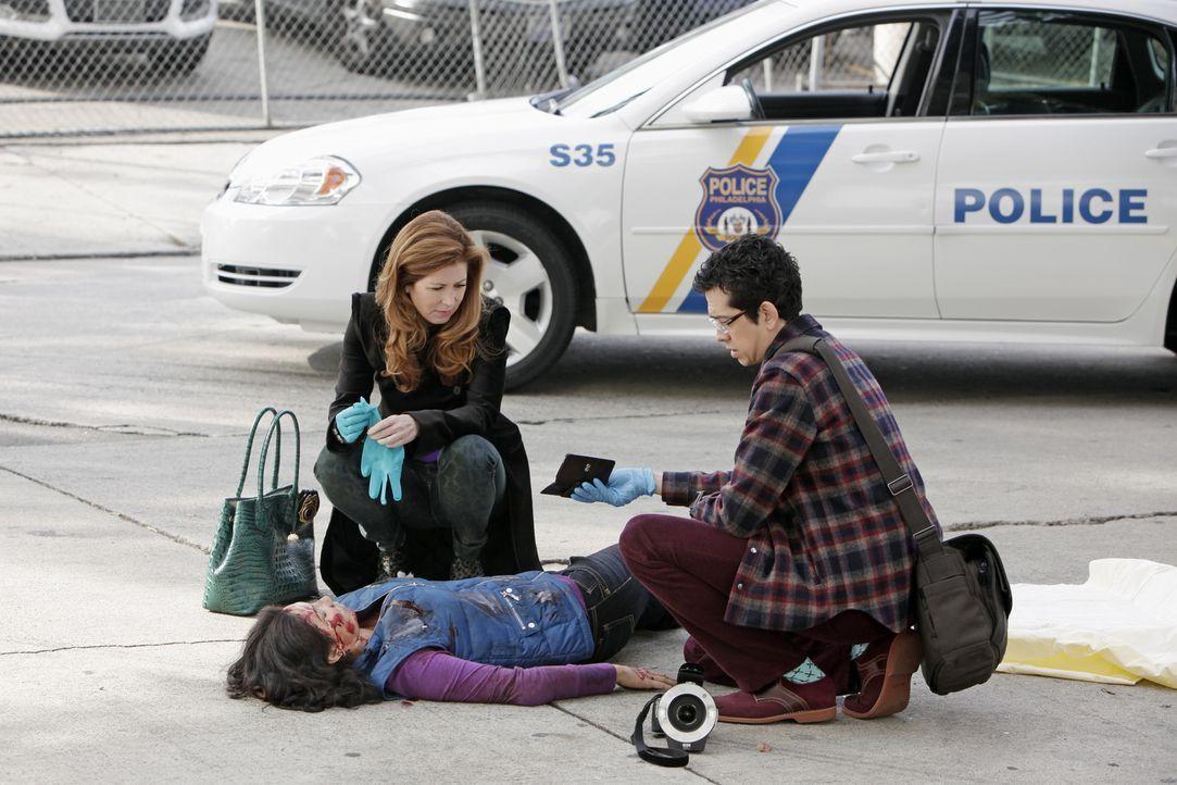 Dr. Megan Hunt (Dana Delany, l.) und Ethan Gross (Geoffrey Arend, r.) untersuchen die Leiche einer jungen Frau, die von einem Auto überfahren wurde.... - Bildquelle: 2013 American Broadcasting Companies, Inc. All rights reserved.
