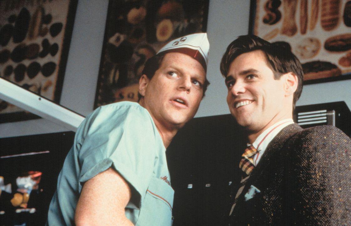Langsam merkt Truman (Jim Carrey, r.), dass in seinem Leben etwas nicht stimmt. Hilfesuchend wendet er sich an seinen besten Freund Marlon (Noah Emm... - Bildquelle: Paramount Pictures